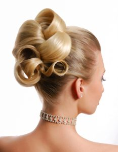photo de chignon sur femme cheveux blonds