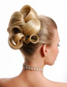 photo de chignon sur femme cheveux blonds