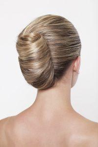Idée-coiffure-femme-cheveux-blond-beige-chignon-banane-moderne