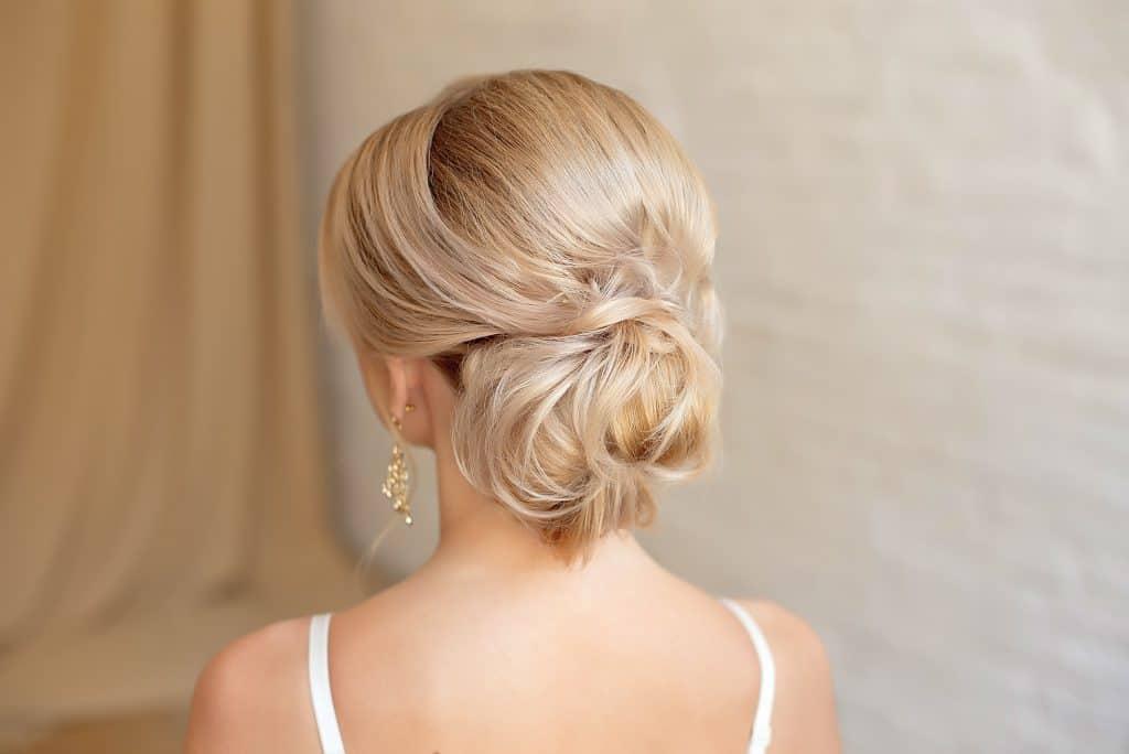 Idée-coiffure-femme-cheveux-long-blond-doré-chignon-romantique