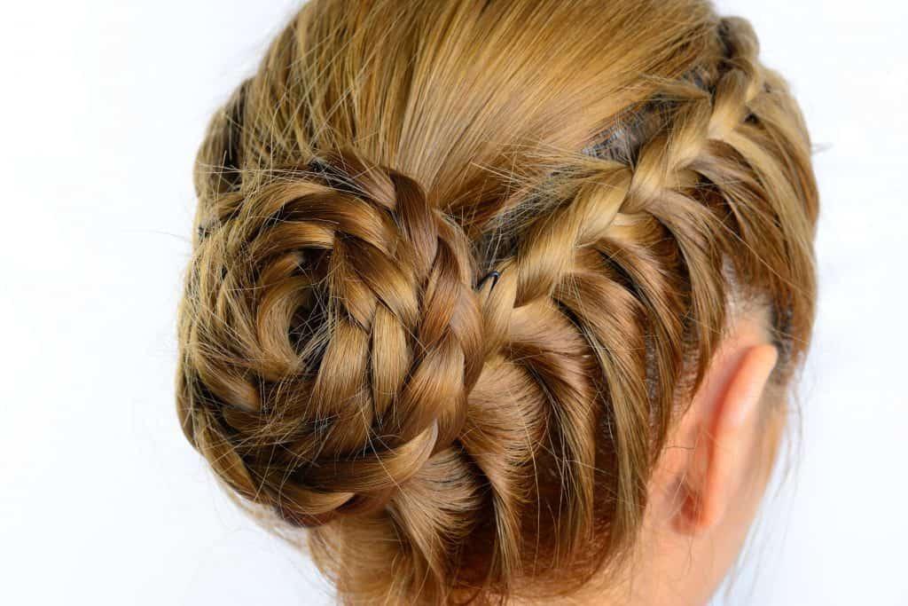 Idée-coiffure-femme-cheveux-long-blond-vénitien-chignon-tresses-africaine