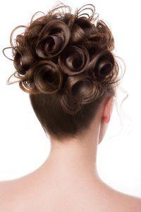 Idée-coiffure-femme-cheveux-long-châtain-chignon-spirale