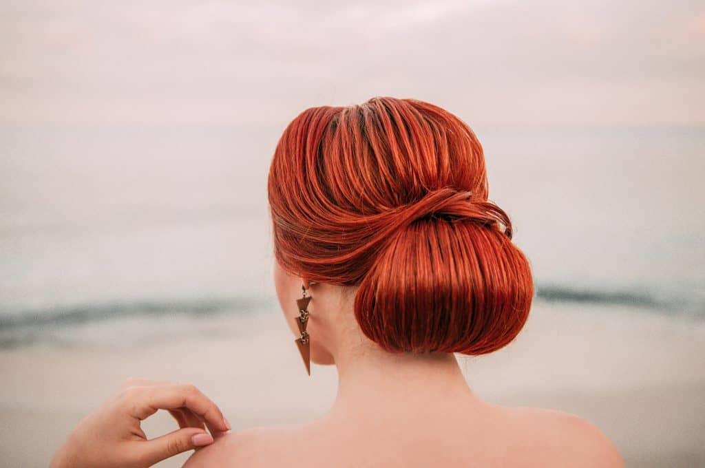 Idée-coiffure-femme-cheveux-long-cuivré-chignon-nuque