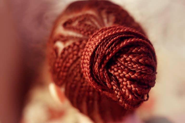 Idée-coiffure-femme-cheveux-long-cuivré-chignon-tresses-africaine