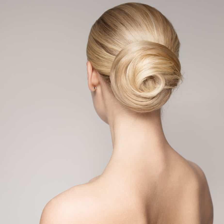 idée-coiffure-femme-cheveux-long-blond-beige-chignon-bas-spirale