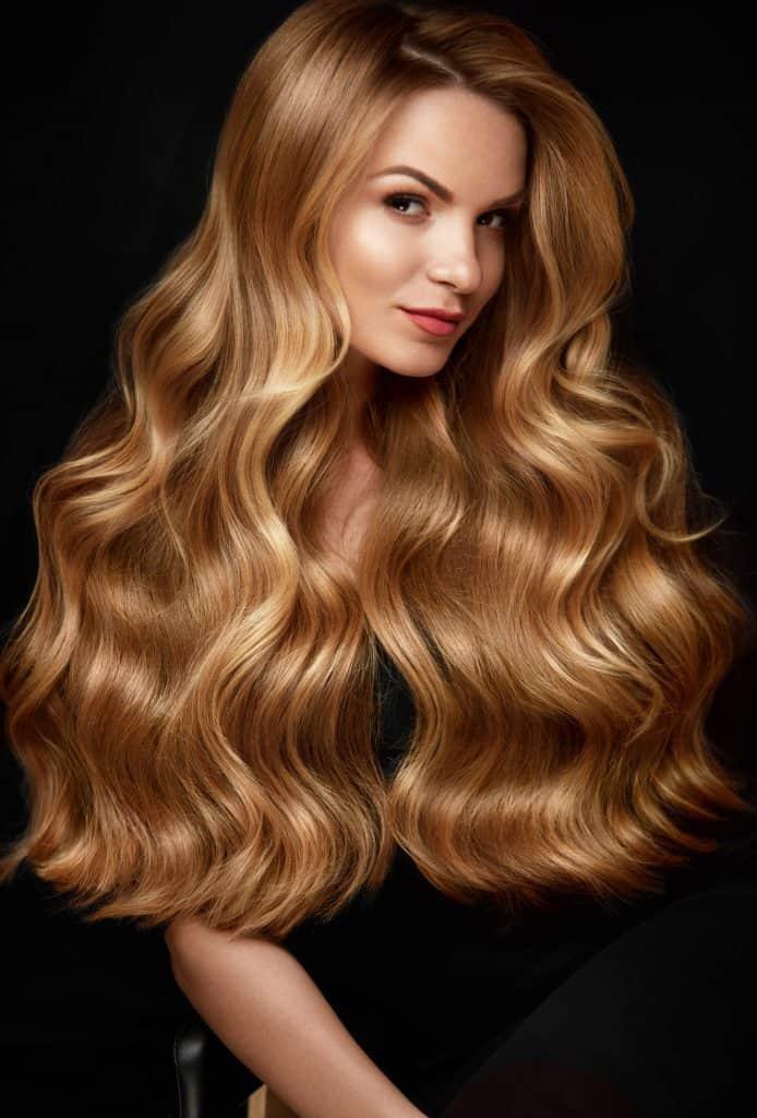 idée-coiffure-femme-cheveux-long-blond-cuivré-ondulé