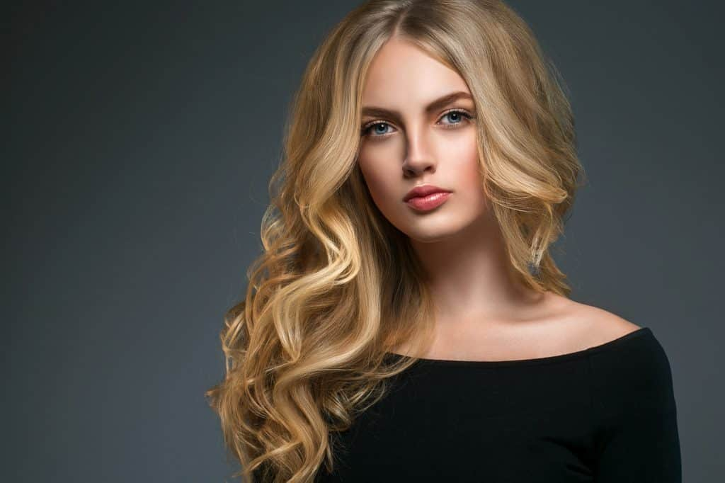 idée-coiffure-femme-cheveux-long-blond-doré-cuivré-ondulé