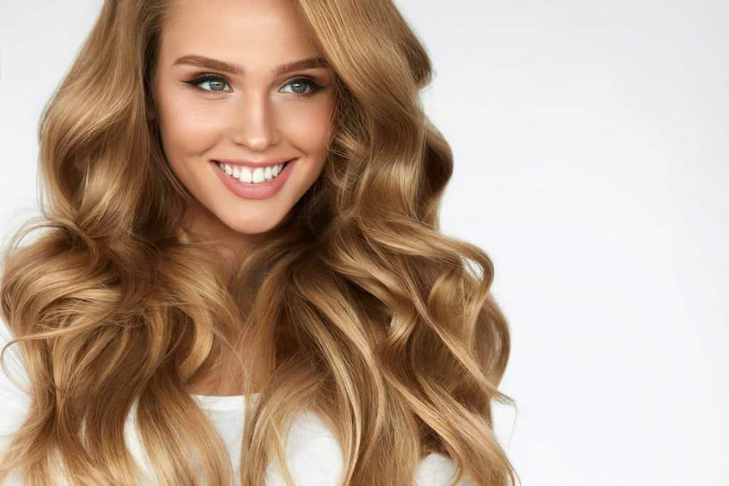 idée-coiffure-femme-cheveux-long-blond-foncé-ondulé