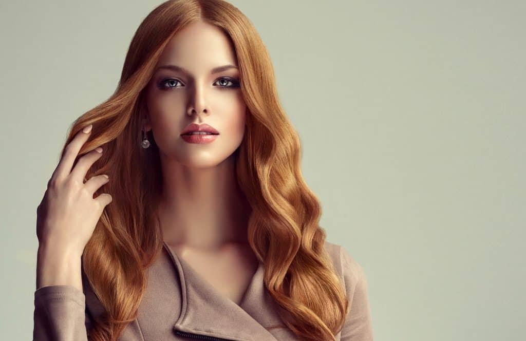 idée-coiffure-femme-cheveux-long-blond-vénitien-cuivré-ondulé