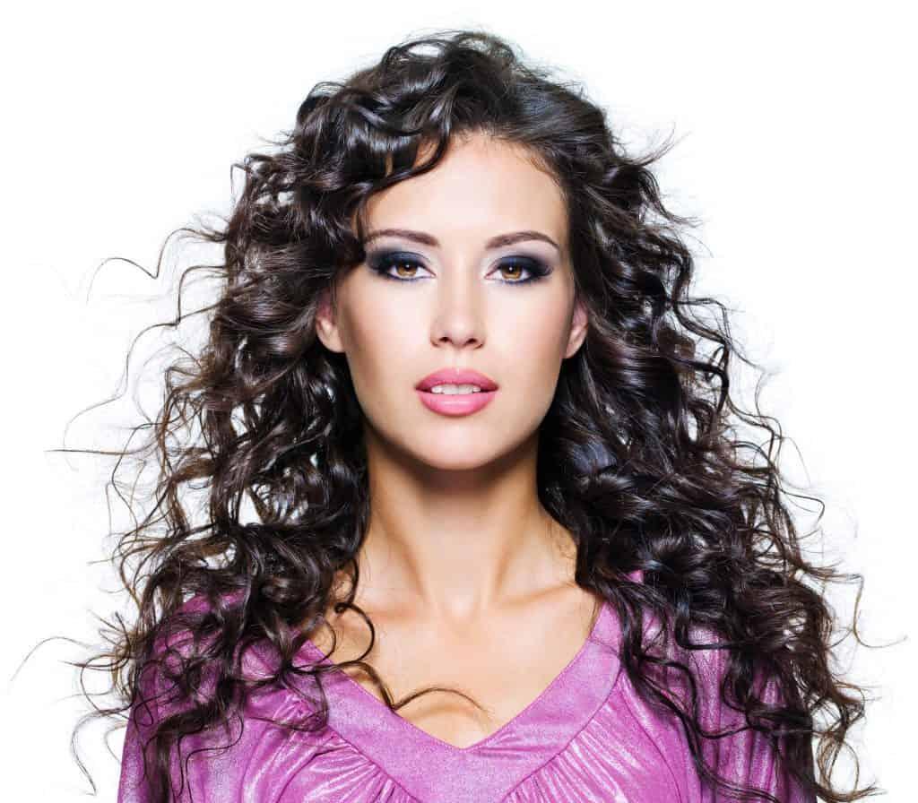 idée-coiffure-femme-cheveux-long-châtain-frisé