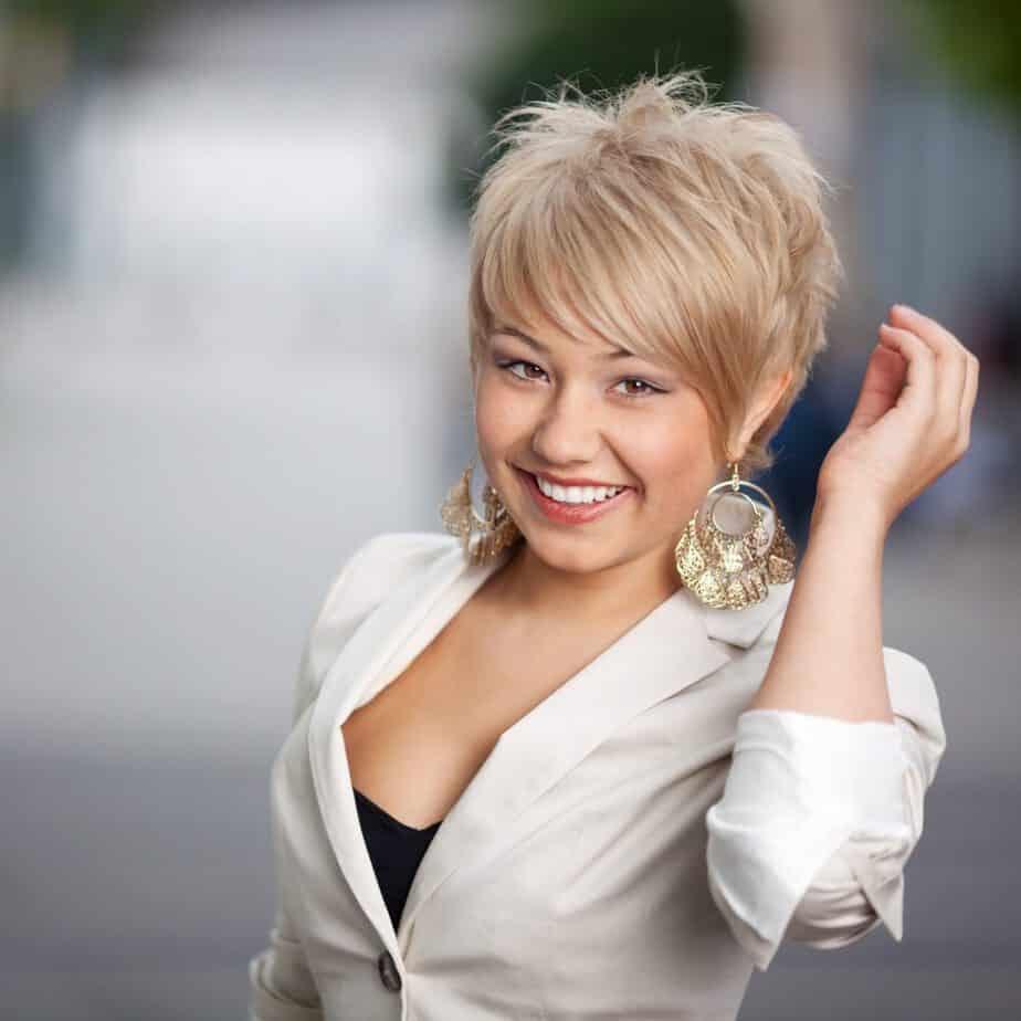 modèle-coiffure-femme-cheveux-court-blond-cendré-mèches-garçonne-destructuré