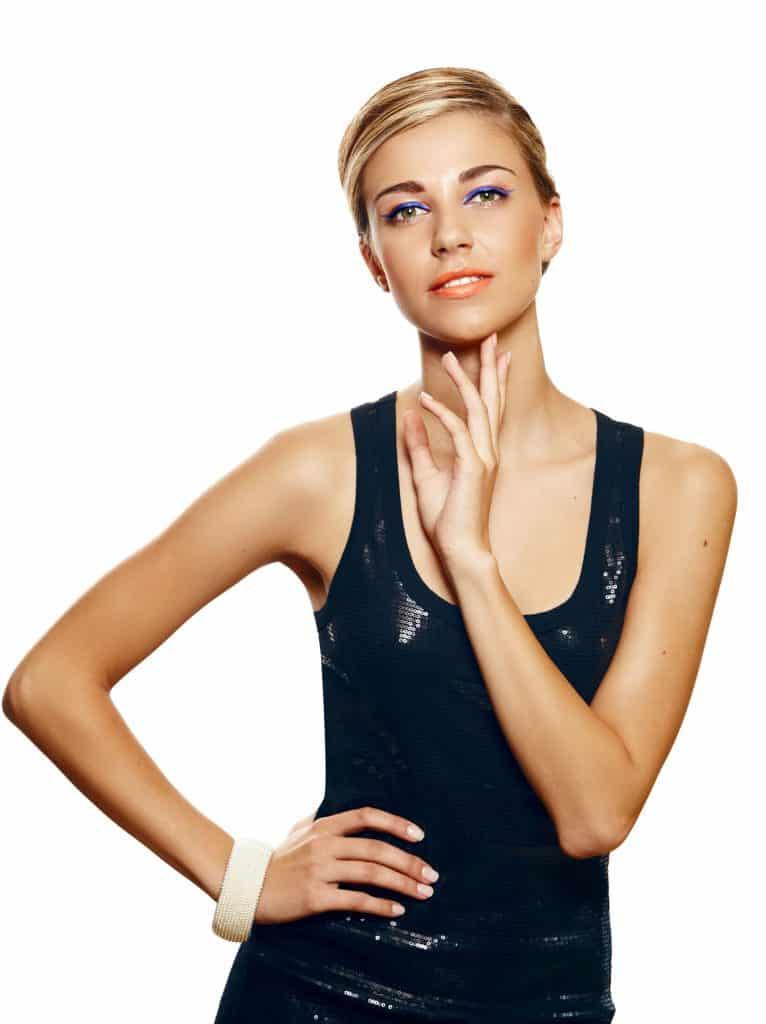 modèle-coiffure-femme-cheveux-court-blond-cuivré-mèches-garçonne-plaqué