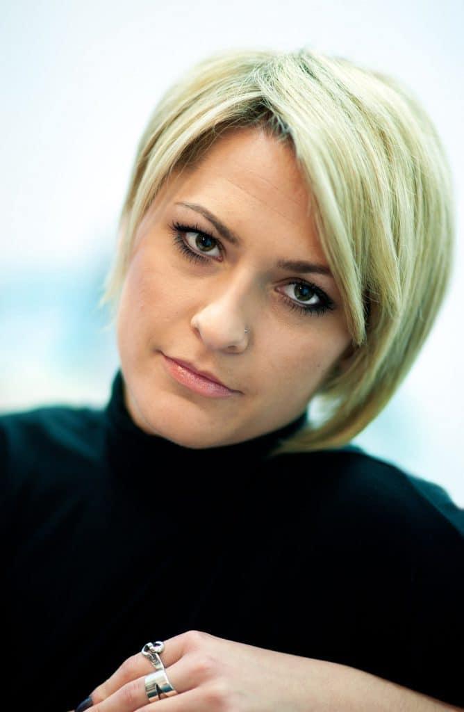 modèle-coiffure-femme-cheveux-court-blond-mèche-asymétrique
