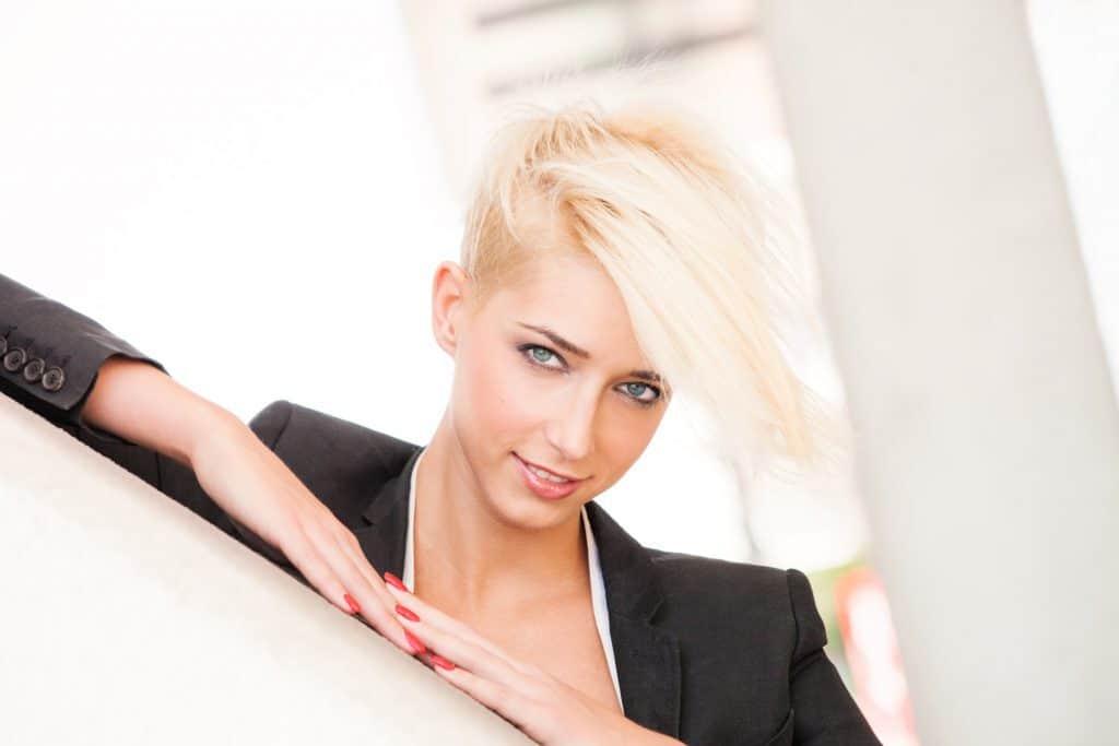 modèle-coiffure-femme-cheveux-court-blond-platine