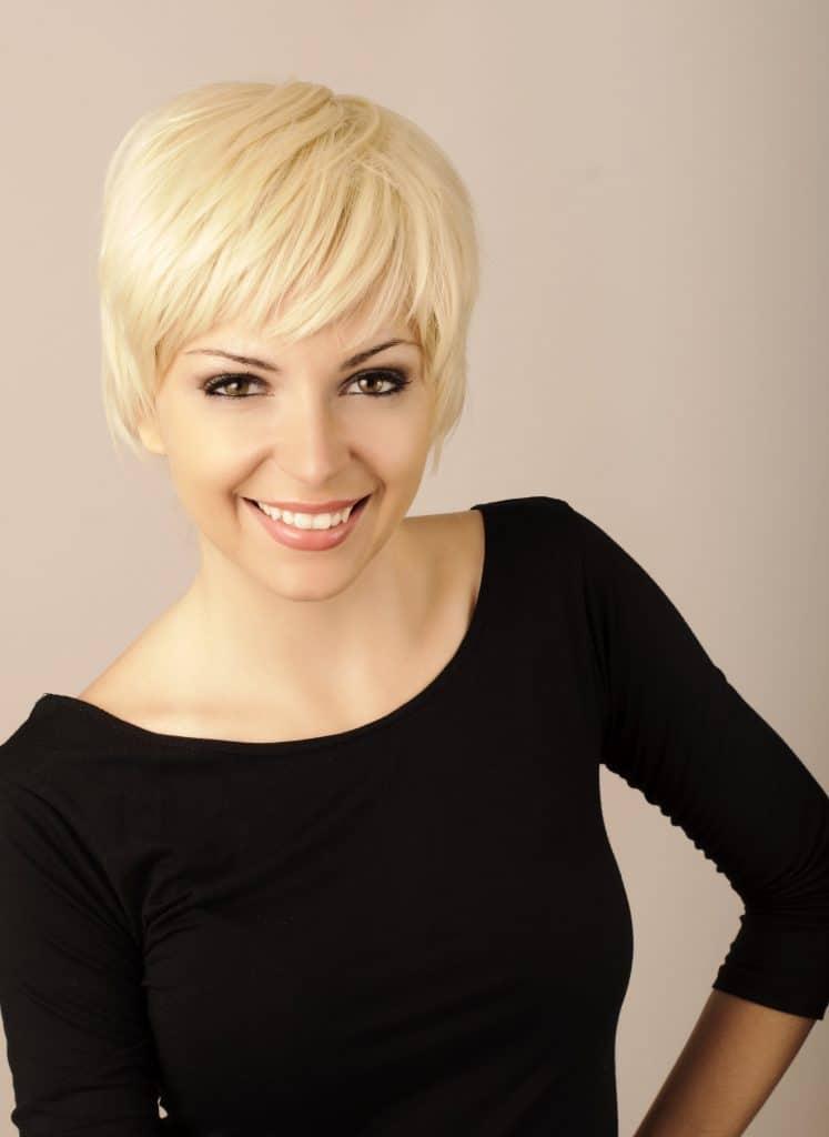 modèle-coiffure-femme-cheveux-court-blond-platine-carré-dégradé