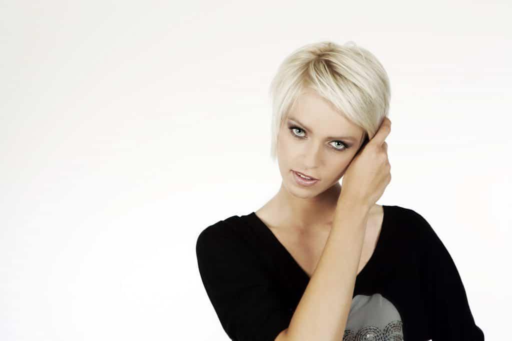 modèle-coiffure-femme-cheveux-court-blond-platine-garçonne-mèche
