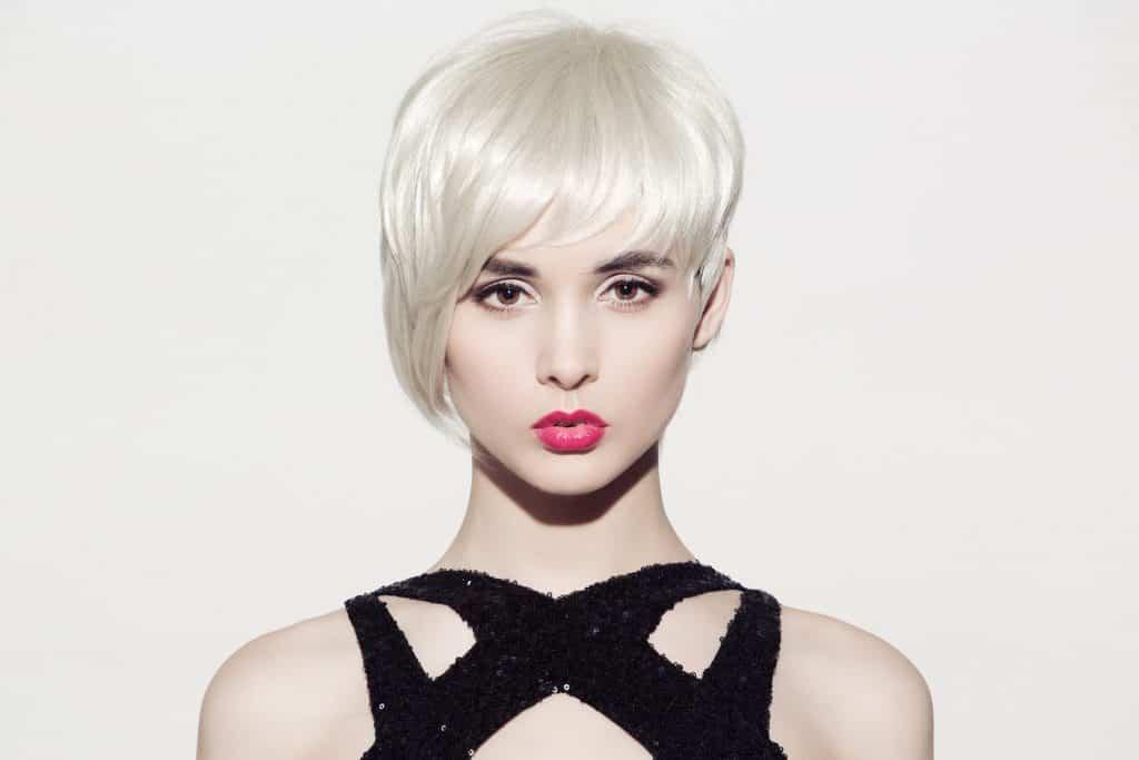 modèle-coiffure-femme-cheveux-court-blond-polaire-frange-asymétrique