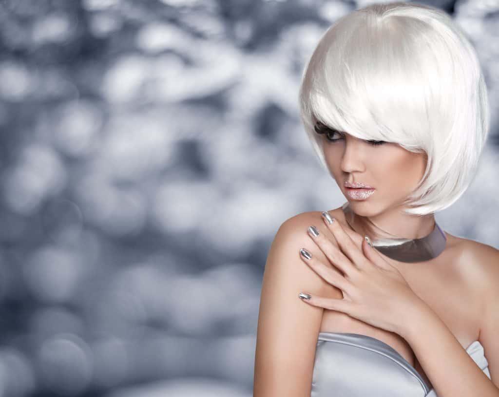 modèle-coiffure-femme-cheveux-court-blond-polaire-moderne-carré