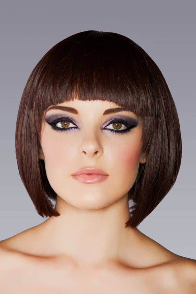 modèle-coiffure-femme-cheveux-court-châtain-acajou-moderne-carré-frange