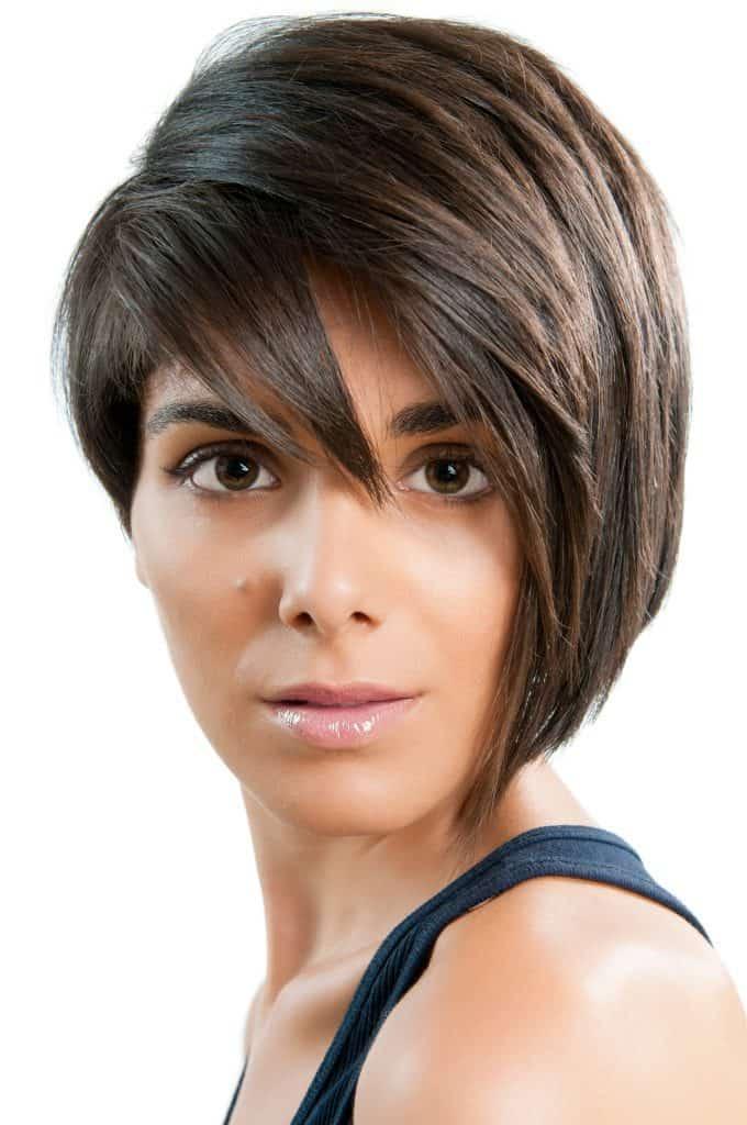 modèle-coiffure-femme-cheveux-court-châtain-clair-mèche-asymétrique