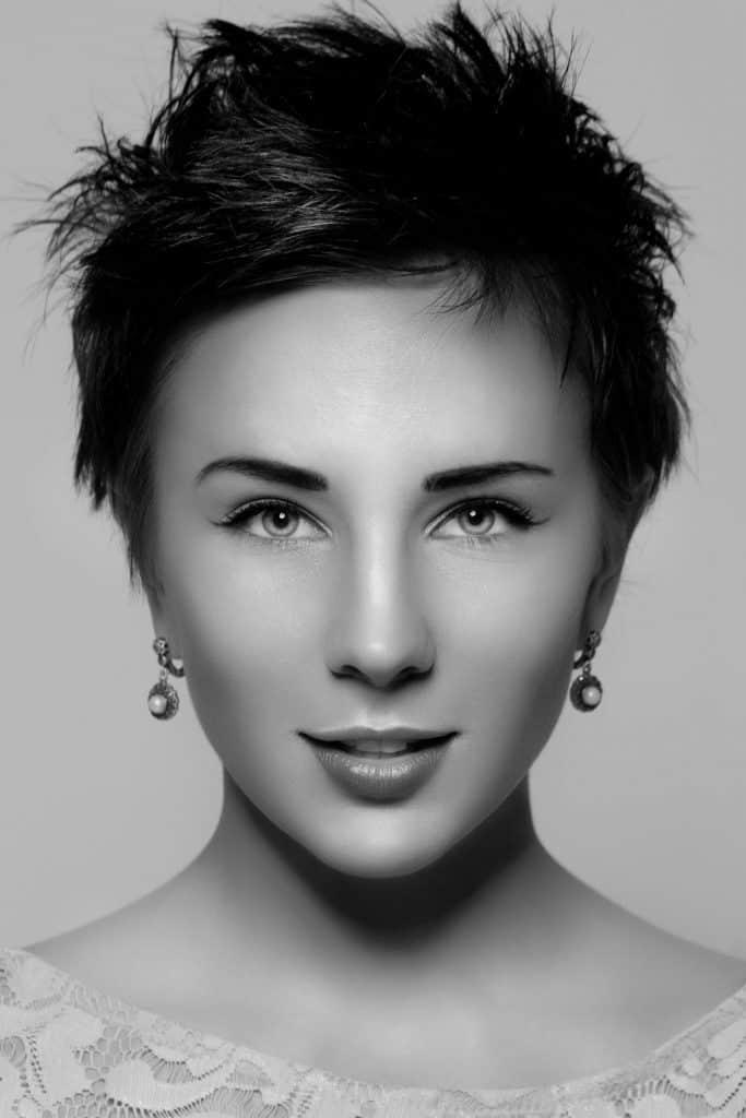 modèle-coiffure-femme-cheveux-court-châtain-foncé-garçonne-punk