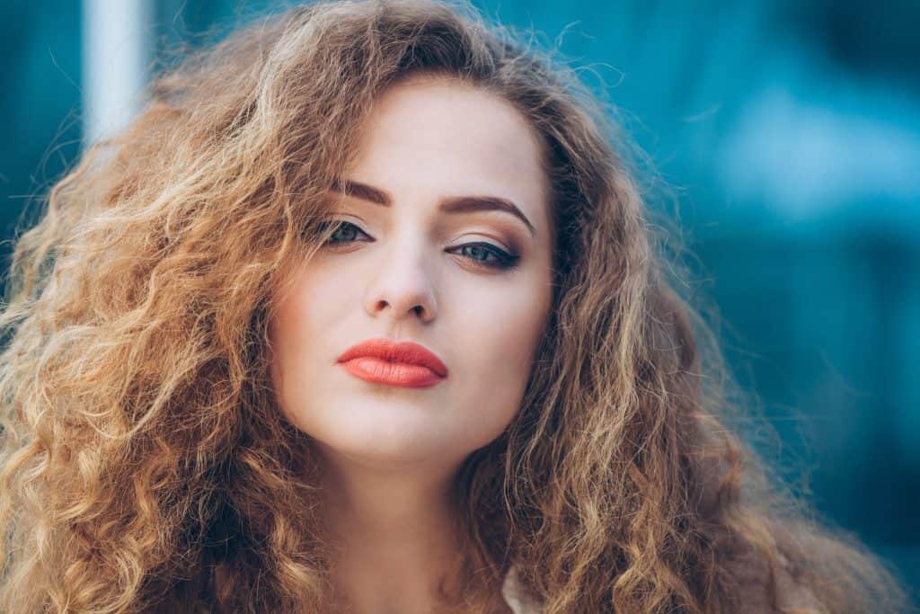 modèle-coiffure-femme-cheveux-long-blond-cuivré-frisé