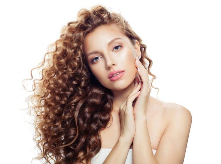 modèle-coiffure-femme-cheveux-long-châtain-doré-frisé