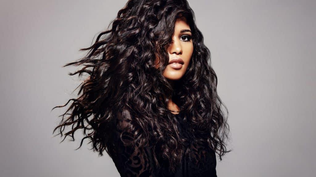 modèle-coiffure-femme-cheveux-long-châtain-frisé