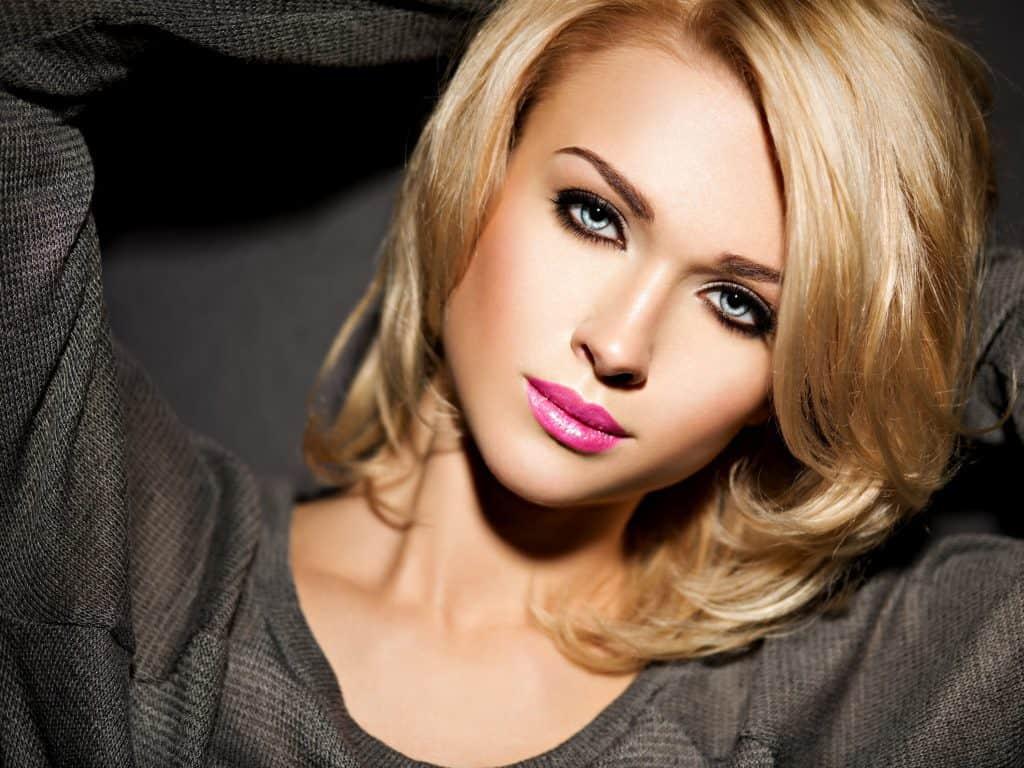 modèle-coiffure-femme-cheveux-mi-long-blond-doré-carré-dégradé