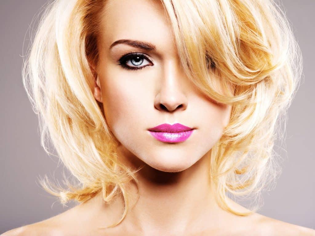 modèle-coiffure-femme-cheveux-mi-long-blond-doré-carré-dégradé-souple