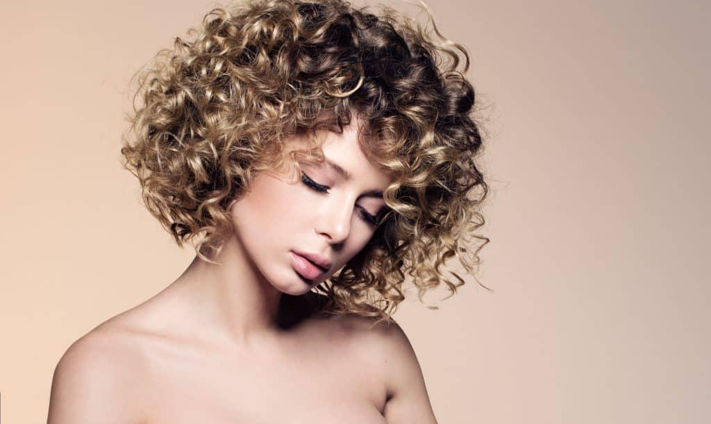 modèle-coiffure-femme-cheveux-mi-long-châtain-doré-frisé