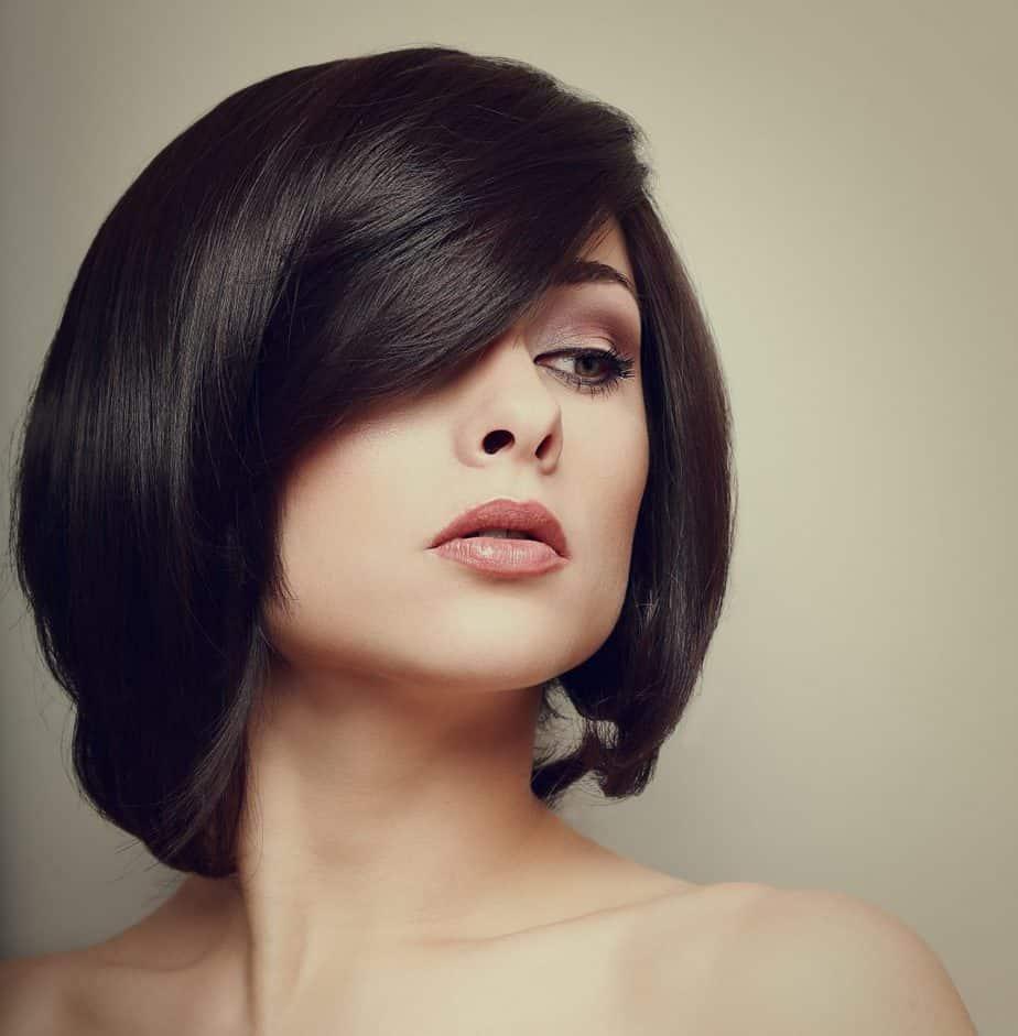 modèle-coiffure-femme-cheveux-mi-long-châtain-foncé-carré-dégradé-classique