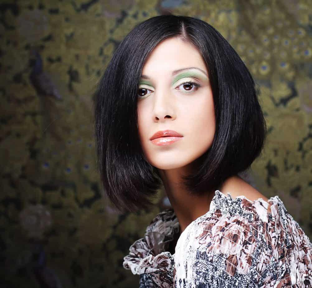 modèle-coiffure-femme-cheveux-mi-long-châtain-foncé-carré-droit