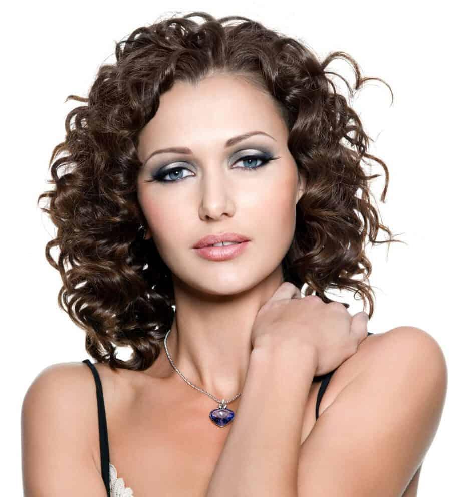 modèle-coiffure-femme-cheveux-mi-long-châtain-frisé